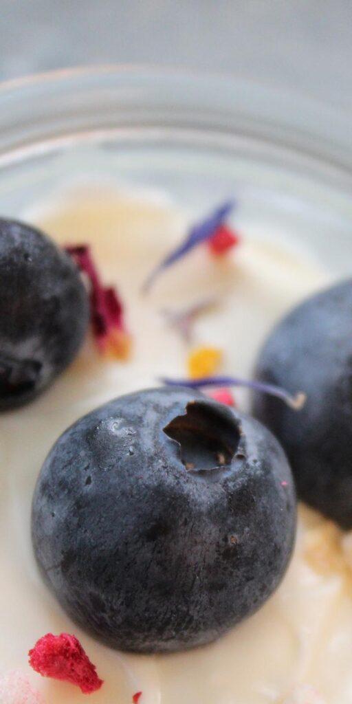 Crème mit Heidelbeeren