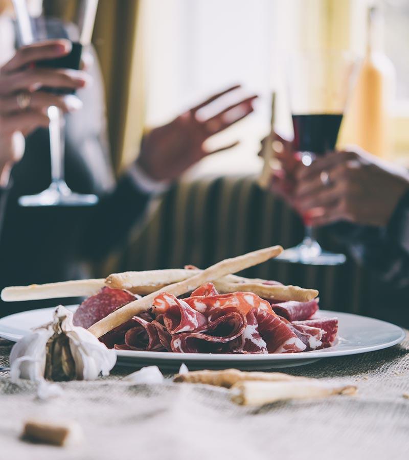 Fleischplatte, Wein und gute Gespräche