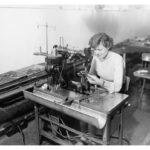 Eine Arbeiterin an der Nähmaschine