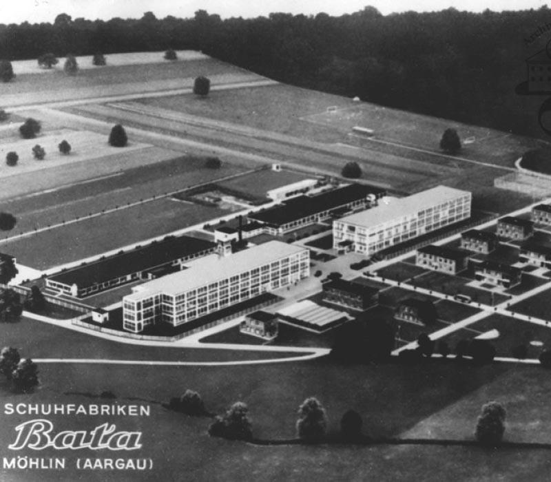 Ein altes Postkartenfoto. Die Fabrikanlage von oben.