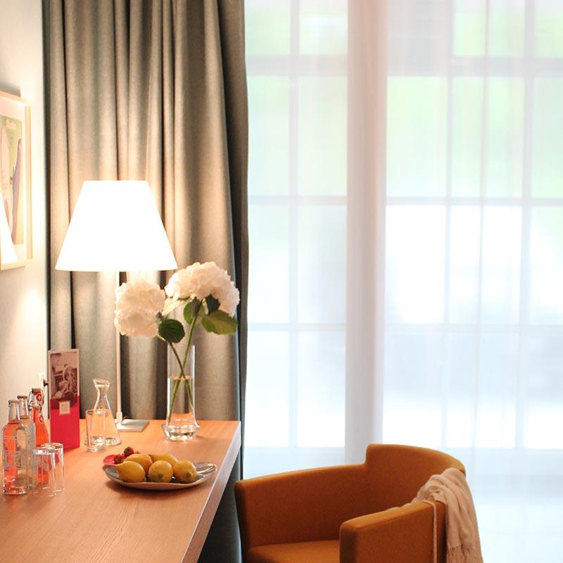 Gedeckter Tisch im Hotelzimmer