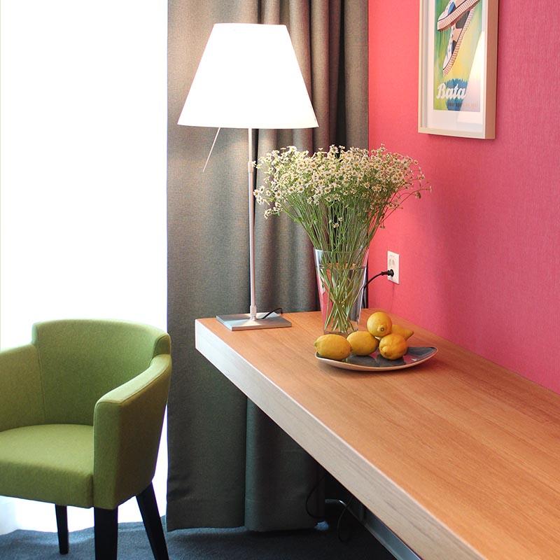 Tisch und Sessel im Hotelzimmer